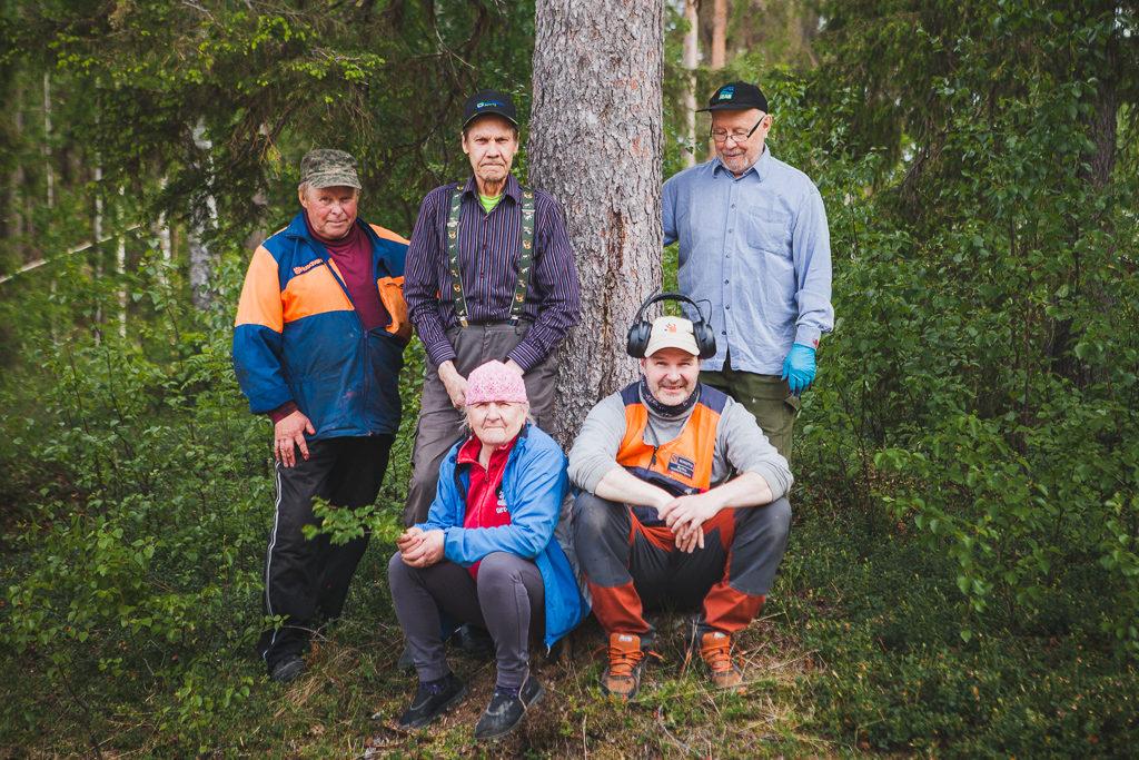 Saarenputaalaisia talkoolaisia vuonna 2018 kylien investointi hankkeen kyläkylttitalkoissa.