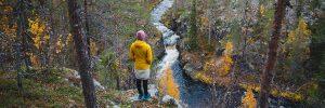 Kuvassa nainen seisoo kuerlinkojen kanjonin reunalla ja katselee alempaa Kuerlinkkaa