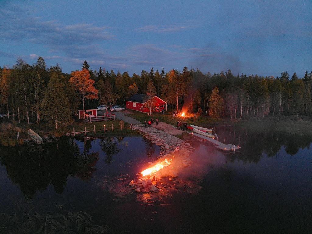 Venejärven venetsialaiset, siellä poltettiin vene auringonlaskussa